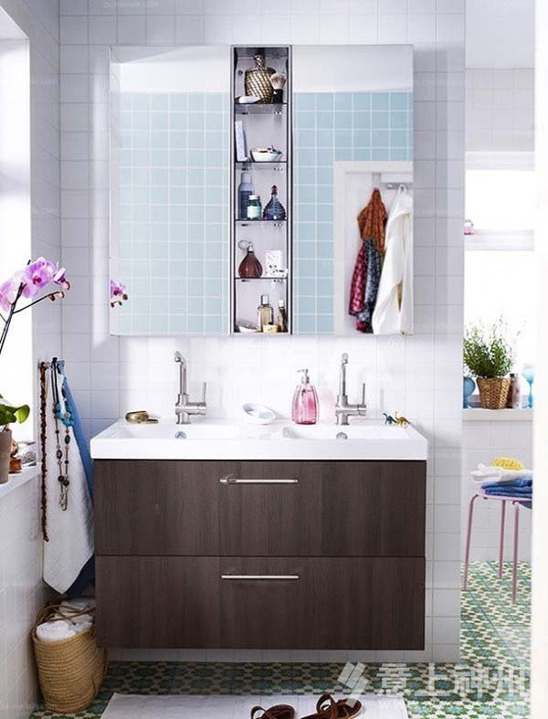 三,电路铺设:卫浴间的电线接头处必须挂锡,并要先后缠上防水胶布和